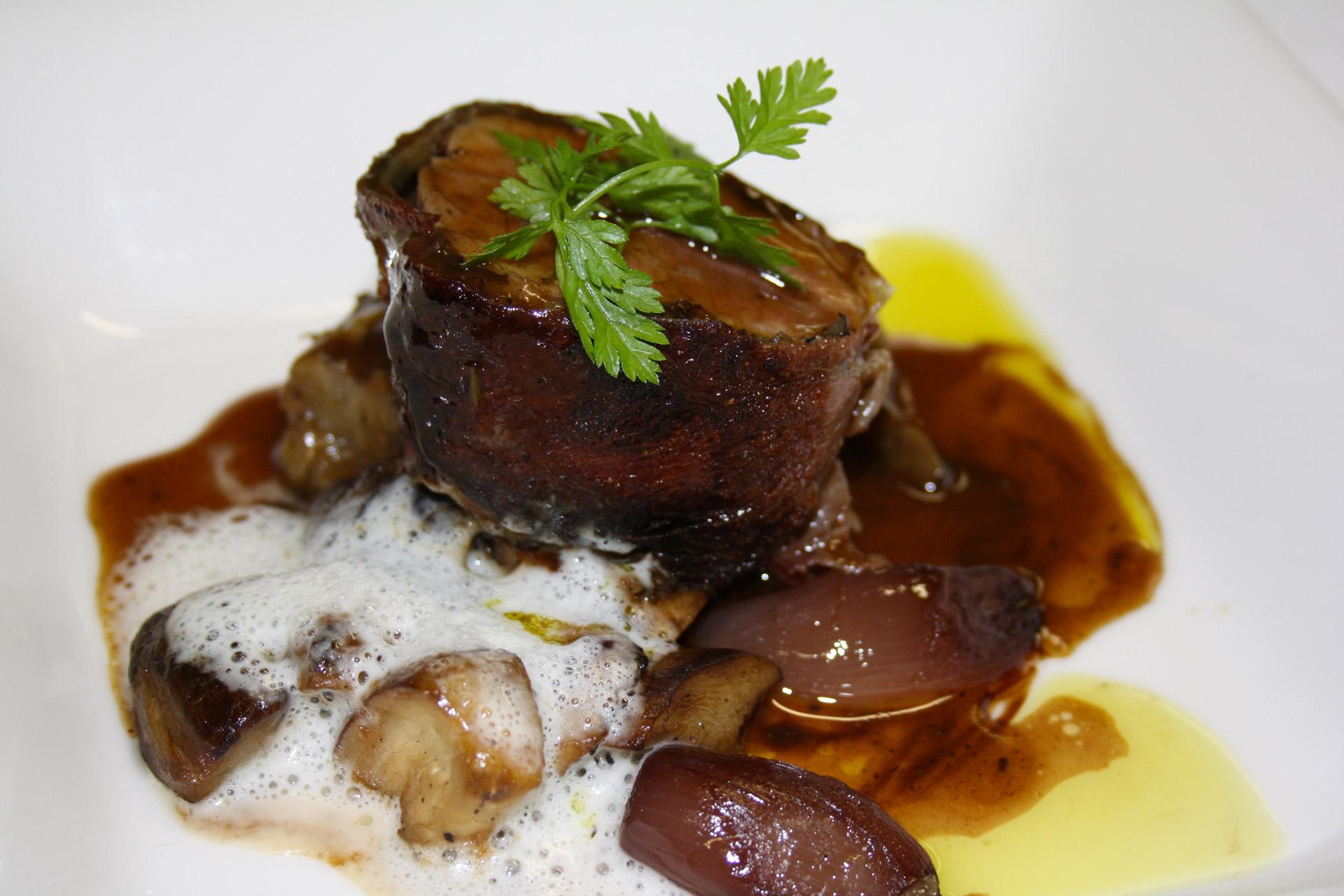 filet de veau en croute de serrano, ragout de cepes et echalottes confites - L'antre Gourmand