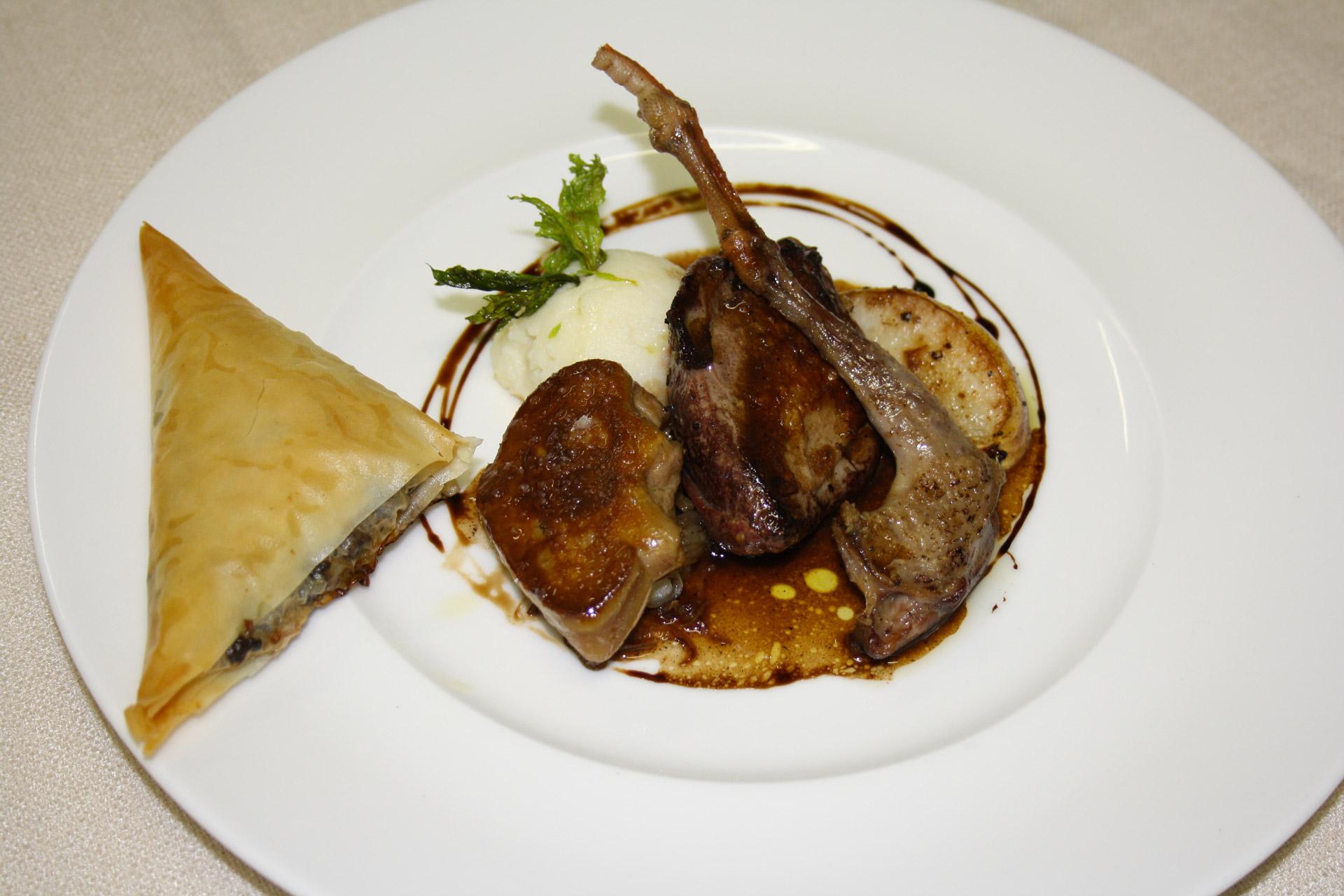 pigeon en deux cuisson et samosa d'abattis, foie gras poelé - L'antre Gourmand