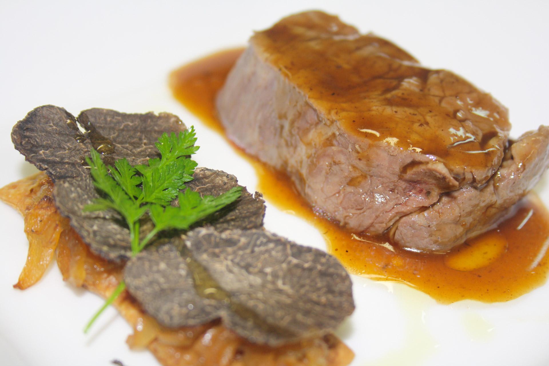 filet de boeuf basse temperature, et tartine d'oignons confits et truffe d'été - L'antre Gourmand
