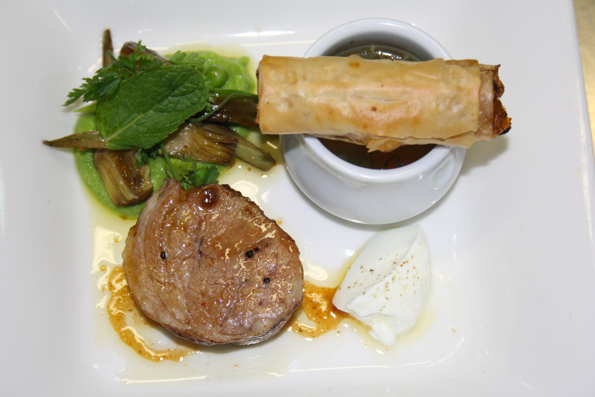 filet d'agneau et son croustillant, purée de petit pois - L'antre Gourmand