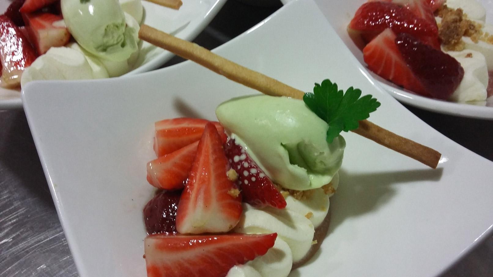Fraises au sucre et crème glacée au persil plat - L'antre Gourmand