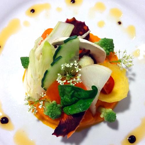 Bouquet de légumes crus et cuits sur une mousseline de carotte au gingembre - L'antre Gourmand