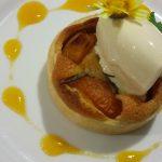 Tarte aux abricots et amandes, glace au caramel - L'antre Gourmand